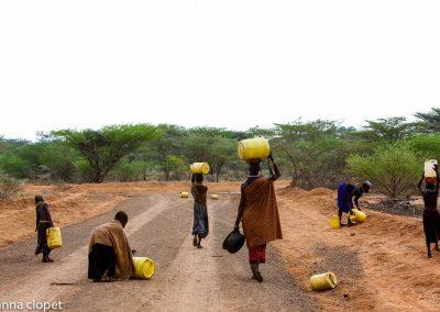 Collecting water Kenya women